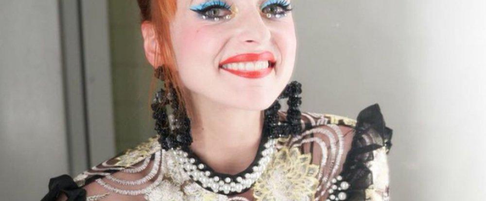 Burlesque tanečnice Miss Cool Cat - řešení mírné asymetrie prsou