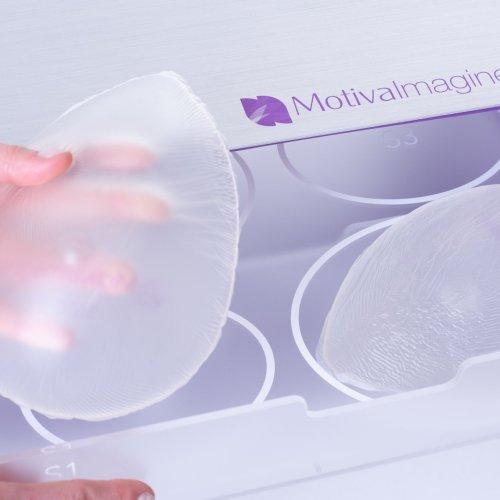 Jak vybrat ten správný prsní implantát